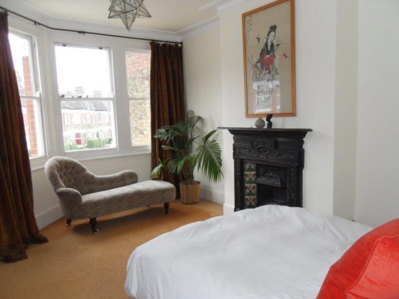 louise change de maison london royaume uni. Black Bedroom Furniture Sets. Home Design Ideas