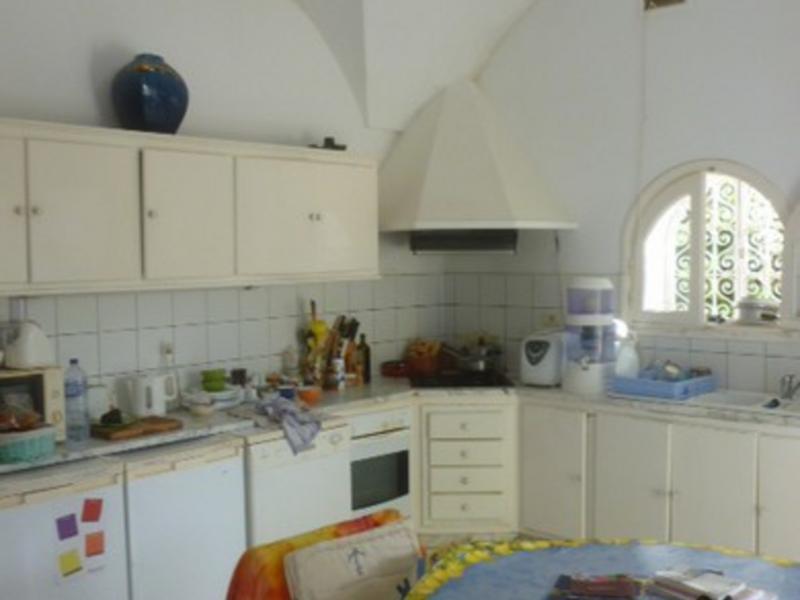 Claupas change de maison toktogul tunisie for Salle a manger yannick one cap