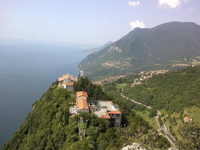 Giuseppe scambia casa in tignale italia for Casa sul lago a 2 piani