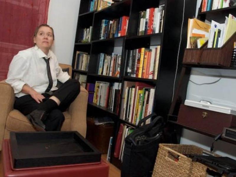 cat change de maison brooklyn etats unis. Black Bedroom Furniture Sets. Home Design Ideas